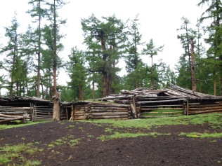 Abri typique pour le bétail en hiver ou les touristes pris dans un orage de grêle