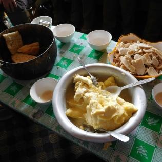 Pain maison, fromage de yak sec à droite, et crème de yak sur le devant