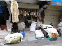 Stand de peaux de bêtes au marché