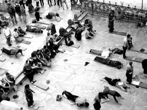 Foule de pèlerins devant l'entrée du Jokhang