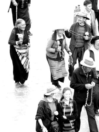 Tibétains sur le kora avec leurs moulins de prières et chapelets