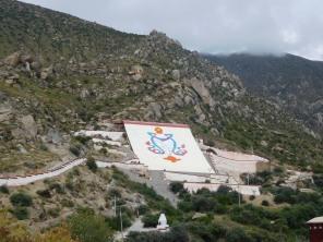 La conque blanche sur le mur destiné aux grands thangka pour les fêtes