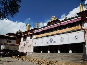 Vue de face du temple principal du Sera