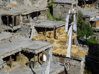 Les toits de Braka qui servent à faire sécher paille ou céréales