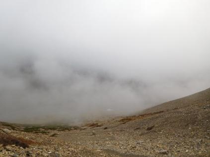 Vue sur le départ de Thorung Pedi dans les nuages