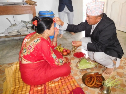 Chandra mettant le Tika à sa femme