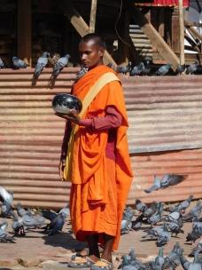 Moine bouddhiste resté immobile toute la journée en plein soleil