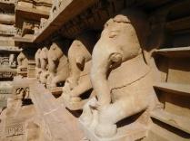 Les éléphants à la base du temple