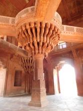 Akbar s'installait en haut de cette colonne du pavillon des Audiences privées, pour échanger avec ses érudits et ministres