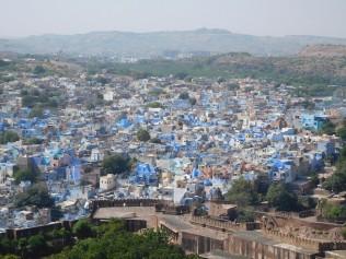 Vue sur la cité colorée du bleu des Brahmanes