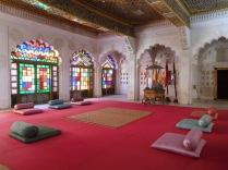 la salle des audiences abritant les alcôves d'écoute pour les épouses du Maharaja