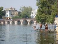 Les enfants se baignant dans le lac (très pollué)