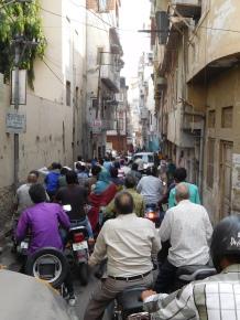 Ce que les indiens appellent un ralentissement (P.S. la rue est double sens!!!)