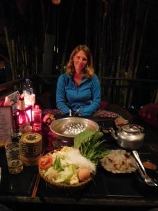 Charlotte devant notre fondue laotienne au poisson