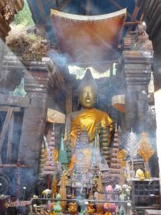 Effluves d'encens devant le bouddha du Vat Phou