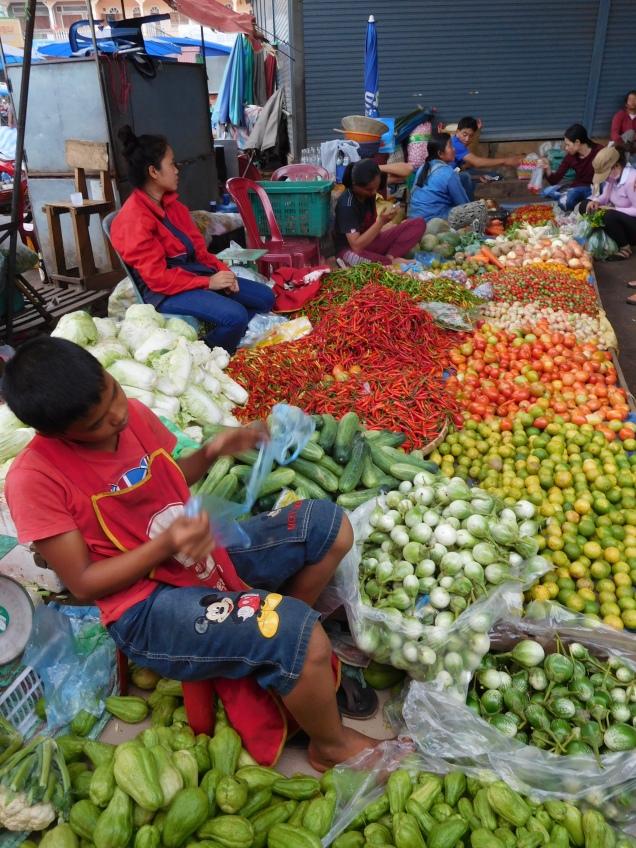 Etal de légumes au marché de Paksé