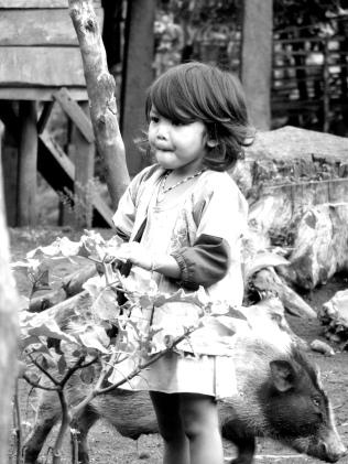 Enfant jouant au petit matin