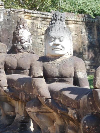 Barattage grandeur nature à l'entrée d'Angkor Tom