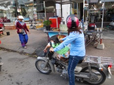 Petite fille en train de dormir à moto...