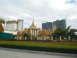 Les temples devant les grattes ciels en construction