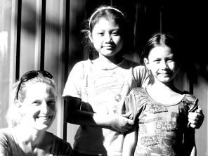 Charlotte avec 2 jeunes filles brillantes