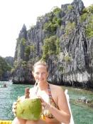 Tiki boit une noix de coco aux Philippines
