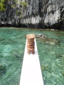 Tiki fait du bateau à El Nido, Philippines