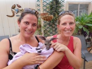 Charlotte, Kelly (notre guide) et bébé kangourou