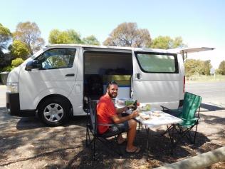 Pause déjeuner on the road, à l'ombre des eucalyptus
