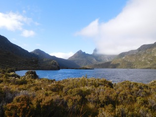 Vue matinale depuis le Dove lake, Cradle Mountain dans les nuages