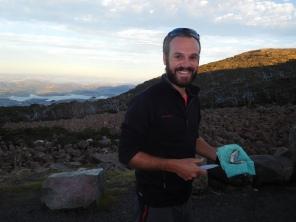 Ouverture des huîtres au-dessus d'Hobart, au coucher du soleil