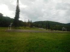 L'immanquable terrain de foot, cimetière-église