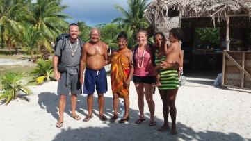 Avec nos hôtes : Papy, Mamy, Elise et Kainoa
