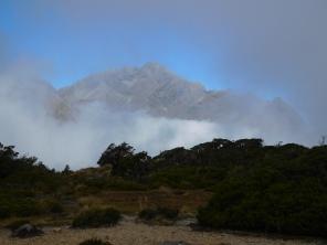 Entre-aperçue entre les nuages