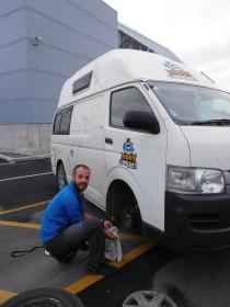 Mathieu répare une roue
