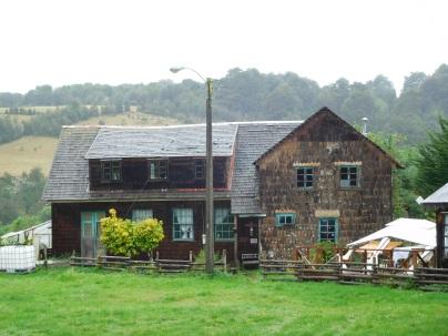 Maison typique avec des écailles de poissons en bois d'alerce