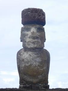 Pukao mis en place sur la tête du Moai