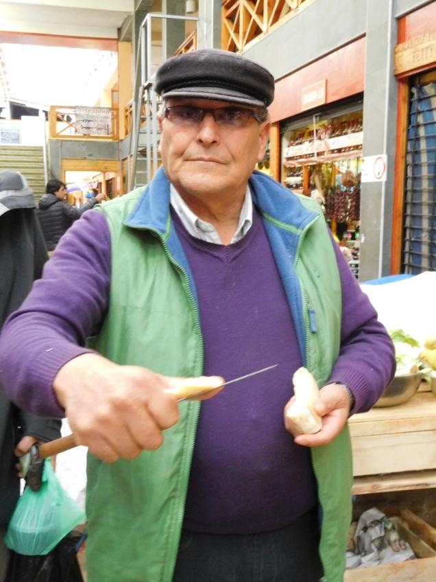 Gentil commerçant, ravi d'échanger avec des étrangers voulant nous faire découvrir tous ses produits