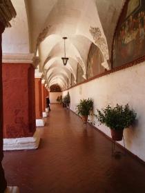 Couloir d'un cloître décoré